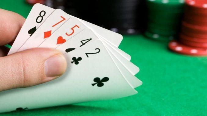 main avec cartes poker
